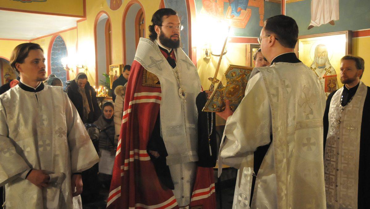 Владыка Антоний совершил акафистное пение перед ковчегом с частицей мощей святой великомученицы Екатерины