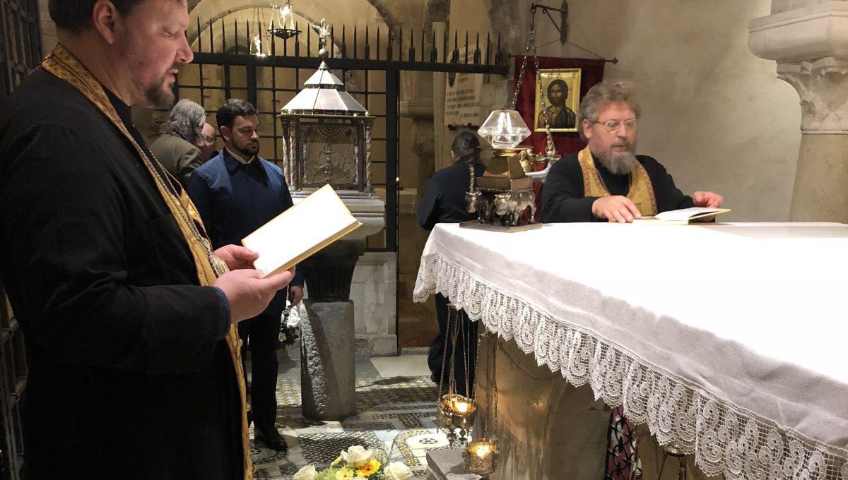 Владыка Иоанн совершил акафистное пение у мощей святителя Николая Чудотворца