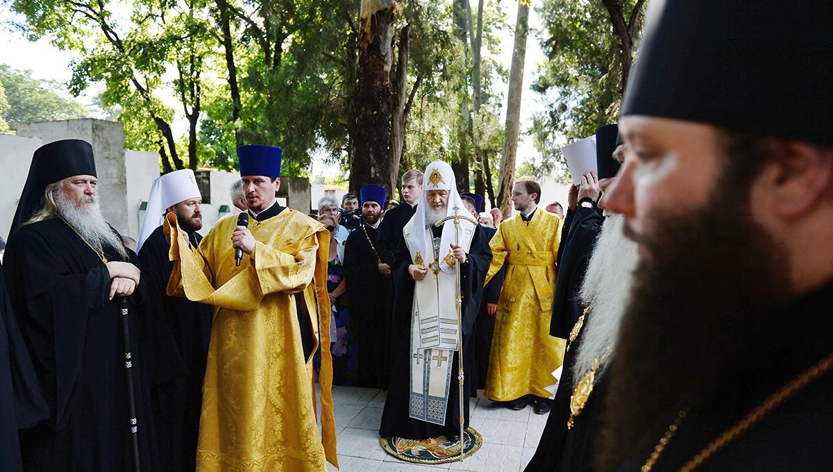 Предстоятель Русской Православной Церкви Русский почтил память почивших соотечественников и совершил на кладбище заупокойную литию