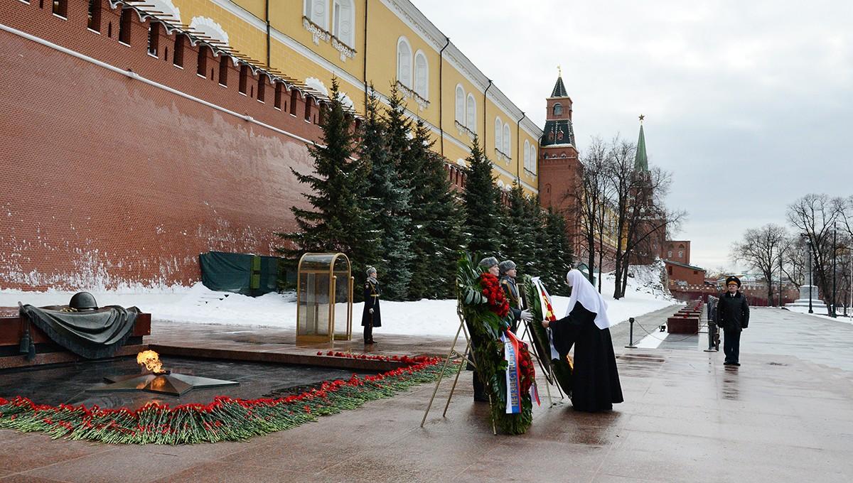 Возложение венков к могиле Неизвестного солдата