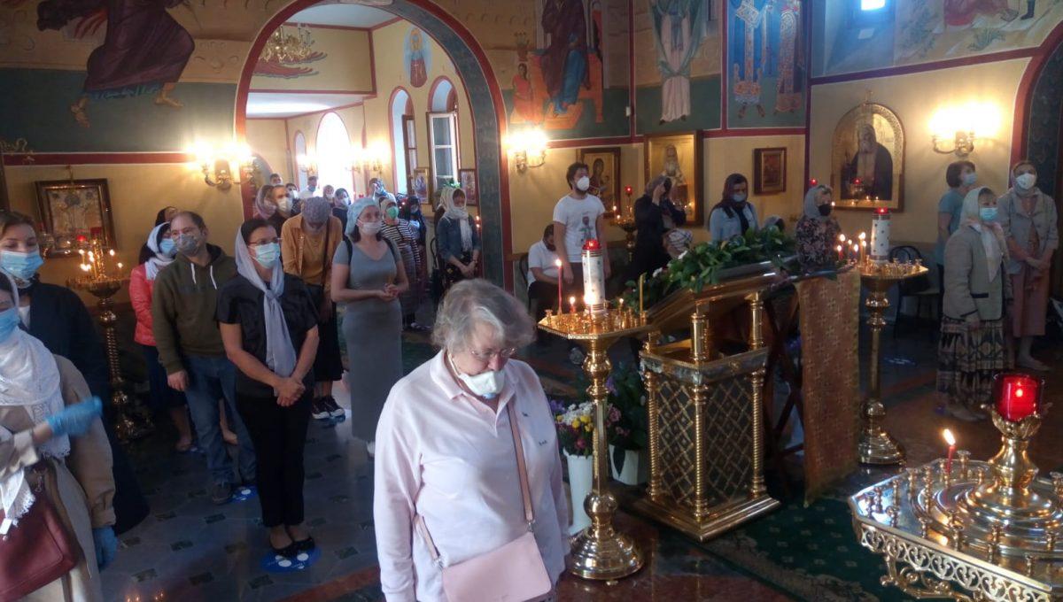 Совершена первая после карантина литургия с участием прихожан